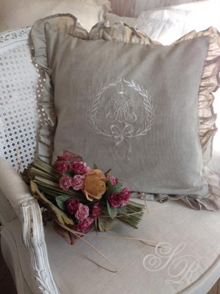 shabby rose onlineshop monogramm kissen shabby chic landhauskissen romantikkissen schwedische. Black Bedroom Furniture Sets. Home Design Ideas